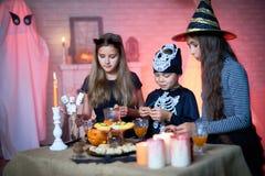 Zgromadzenie przyjaciele przy Halloween przyjęciem fotografia stock