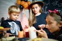 Zgromadzenie przyjaciele w Halloweenowych kostiumach obrazy royalty free