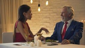 Zgrymaszona dama pyta starego męża dla drogiej teraźniejszości, małżeństwo dla pieniądze zdjęcie wideo