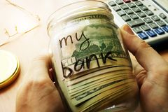 Zgrzyta z dolarami i podpisuje mój banka Domów savings i finansów pojęcie fotografia stock