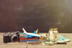 Zgrzyta z pieniądze dla podróży, map, paszporta i innego materiału dla przygody, Obraz Royalty Free