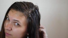 Zgrzywiony włosy farbujący zdjęcie wideo