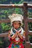 Zhangjiajie, China - Mei 12, 2017: Meisje in traditionele Chinese kleren in het Nationale Park van Wulingyuan Zhangjiajie, China Royalty-vrije Stock Fotografie