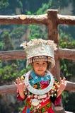 Zhangjiajie, China - Mei 12, 2017: Meisje in traditionele Chinese kleren in het Nationale Park van Wulingyuan Zhangjiajie, China Stock Afbeelding