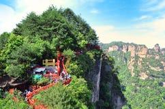Zhangjiajie, China - Mei 10, 2017: Weg met het rode Nationale Park van lintenzhangjiajie, China Royalty-vrije Stock Foto's