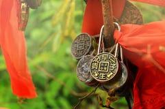 Zhangjiajie, Chine - 10 mai 2017 : Le détail de l'amour ferme à clef avec les rubans rouges en parc national de Zhangjiajie, Chin Photos stock