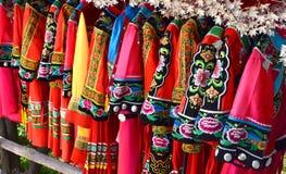 Zhangjiajie, Cina - 12 maggio 2017: Vestiti del cinese tradizionale nel parco nazionale di Zhangjiajie fotografie stock