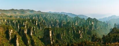 Zhangjiajie Forest Park Gigantiska pelarberg som stiger från kanjonen Hunan landskap, Kina Royaltyfria Foton