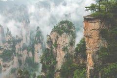 Zhangjiajie Forest Park Gigantiska pelarberg som stiger från t Royaltyfria Foton