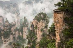Zhangjiajie Forest Park Gigantiska pelarberg som stiger från t Arkivbild