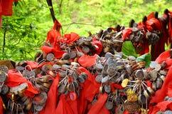 Zhangjiajie Kina - Maj 10, 2017: Detaljen av förälskelse låser med röda band i den Zhangjiajie nationalparken, Kina Fotografering för Bildbyråer