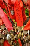 Zhangjiajie Kina - Maj 10, 2017: Detaljen av förälskelse låser med röda band i den Zhangjiajie nationalparken, Kina Arkivfoton