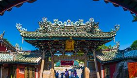 Zhangzhou, China, estatua en el tejado de la capilla, estatua de julio 12,2016-Dargon del dragón en el tejado del templo de China imagen de archivo libre de regalías