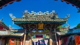 Zhangzhou, China, Statue Juls 12,2016-Dargon auf Schreindach, Drachestatue auf Porzellantempeldach als asiatischer Kunst lizenzfreies stockbild