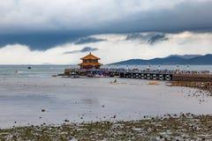 Zhanqiao码头在风雨如磐的天空在夏天,青岛下 库存图片