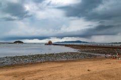 Zhanqiao pir under en stormig himmel i sommar, Qingdao Arkivbilder
