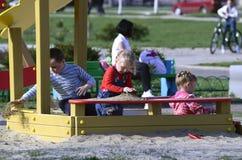 ZHELEZNOGORSK, REGIÃO DE KURSK, RÚSSIA ABRIL DE 2013: crianças desconhecidas fotos de stock