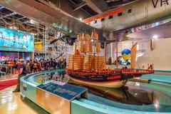Zheng He jest skarbu statku modelem w Hong Kong nauki muzeum Wewnętrzny widok Ludzie zegarków przyciągań demonstruje różnorodnego obraz royalty free