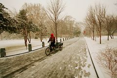 Zhengzhou in winter. Workers who insist on working in snowy days Royalty Free Stock Photos