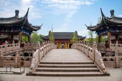 Zhenjiang Jiao Shan Ding Hui Temple stenbro Arkivbild