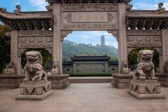 Zhenjiang Jiao Shan Dinghui Temple båge Arkivfoton