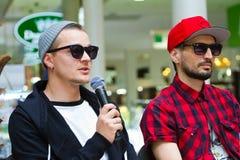 Zhenya Halych, O Torvald和Vadym Kolisnychenko, Skryabin,在音乐会,文尼察,乌克兰, 10前的新闻招待会 06 2016年 库存图片