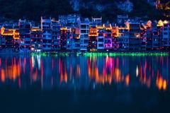 Zhenyuan forntida stad på den Wuyang floden i det Guizhou landskapet, Kina royaltyfria foton