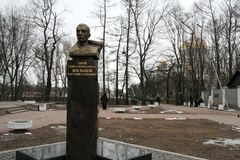 Zhiltsov瓦西里的纪念碑在Kronstadt,俄罗斯在冬天多云天 免版税库存照片