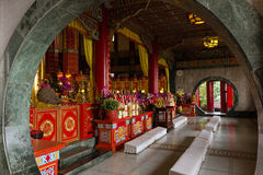 Алтар внутри Zhinan Temple в Тайбэе, Тайване Стоковая Фотография
