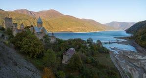 Zhinval水库和Ananuri堡垒,乔治亚 库存图片