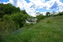 Zhitomir, Украина - 16-ое июля 2018 Водопад на реке fl стоковое фото