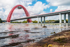 Zhivopisny桥梁是缆绳被停留的桥梁 免版税库存图片