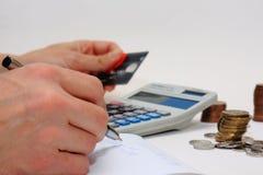 Zählung des Geldes unter Verwendung des Taschenrechners Stockbilder
