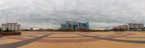 ZHODINO BIAŁORUŚ, APR, - 08, 2017: Panoramiczny widok główny plac miasto Pałac kultura hutnicy chmurna wiosna Zdjęcia Stock