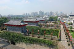 Zhonghua-Gatter und Nanjing-Skyline, China Stockbild
