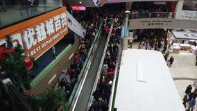 Zhongshan Porcelanowy Jan 1,2018: w ten sposób dużo zaludniają iść centrum handlowe na nowego roku wakacje w Chiny zbiory wideo