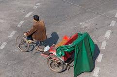 Zhongshan: tricicli sulla via urbana immagini stock