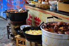 Zhongyimarkt Shichang, in de Oude stad van Lijiang, traditionele Chinese markt, Yunnan, CHINA royalty-vrije stock afbeelding