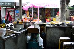 Zhongyimarkt Shichang, in de Oude stad van Lijiang, traditionele Chinese markt, Yunnan, CHINA stock afbeelding