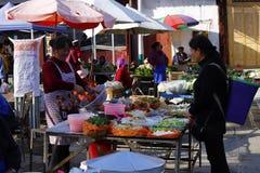 Zhoucheng wioski rynku kramu sprzedawania warzywa, Dal, Yunnan, Chiny obraz royalty free