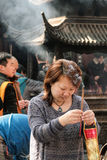 Zhoushan Kina - May 25 2016: den buddha templet under den vanliga dagen, Mrz Ping ber för familj Arkivfoton