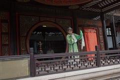 ZHOUZHUANG, КИТАЙ: Талантливый совершитель оперы поя оперу Kunqu, одну из самых старых форм китайской оперы, на Zhouzhuang старом стоковая фотография