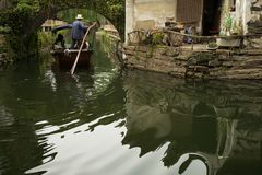 ZHOUZHUANG, CHINA: Barco que pasa a través de los canales fotos de archivo