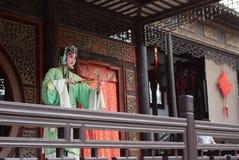 ZHOUZHUANG KINA: Begåvad operaaktör som sjunger Kunqu opera, en av de äldsta formerna av den kinesiska operan, på Zhouzhuang den  royaltyfri foto