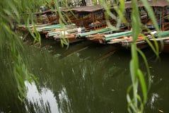 ZHOUZHUANG KINA: Styrman som kör fartyget som passerar till och med kanaler royaltyfria bilder