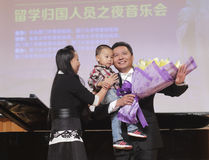 Zhouziming de professeur de l'université de Xiamen chantant et acceptent la fleur Images stock