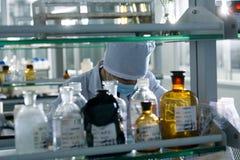 Mediziner im Labor stockbilder