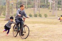 Monte avec le grand-papa sur un vélo photos libres de droits