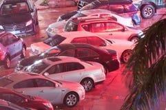 Le automobili hanno parcheggiato sul bordo della strada nella notte Fotografia Stock