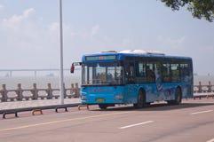 Zhuhai, omnibus en ciudad Foto de archivo